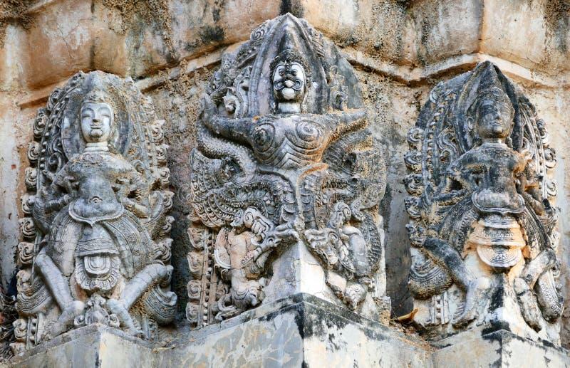 鹰报和印度神古老印度高棉样式灰泥废墟Wat Si Sawai的中央普朗的在Sukhothai历史P 免版税库存照片