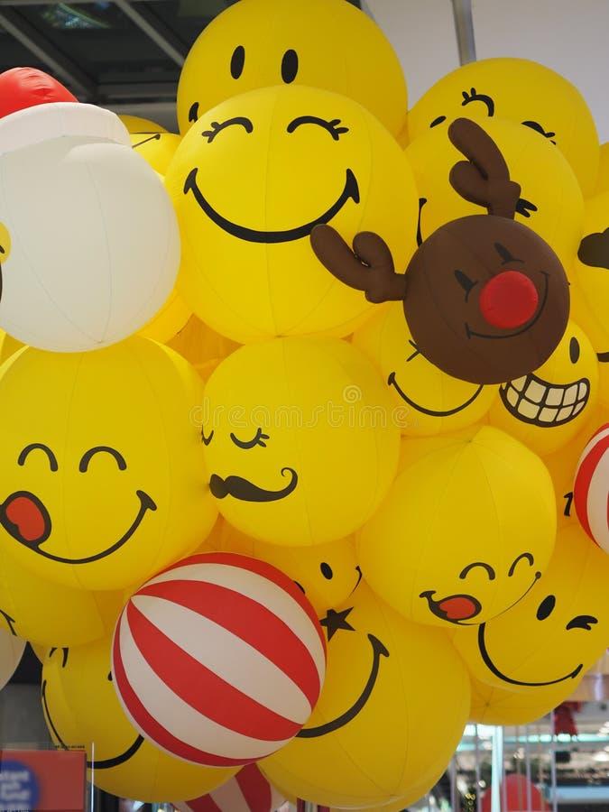 鹿微笑面带笑容面对愉快黄色球的气球 库存图片