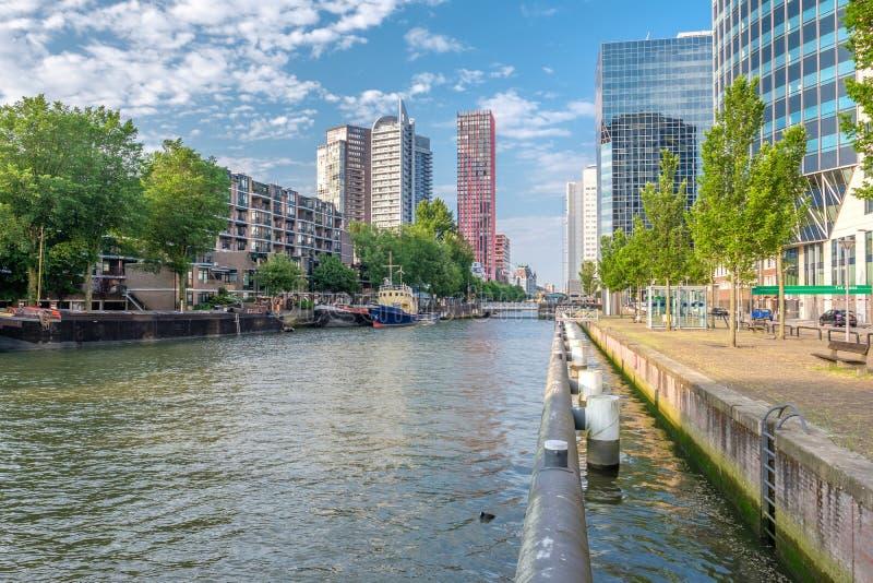 鹿特丹市与水运河的都市风景地平线在前面,南荷兰省,荷兰 免版税库存照片