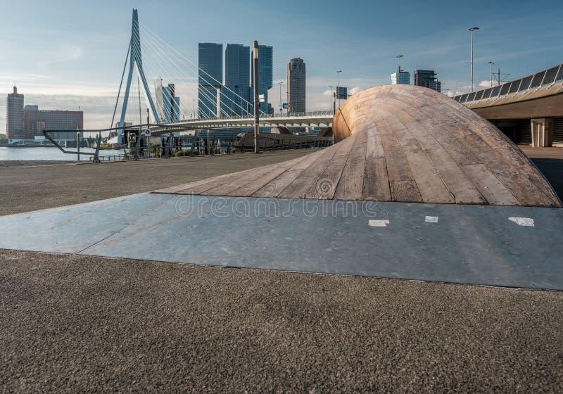 鹿特丹市与Erasmus桥梁和河的都市风景地平线 南荷兰省,荷兰 免版税库存图片