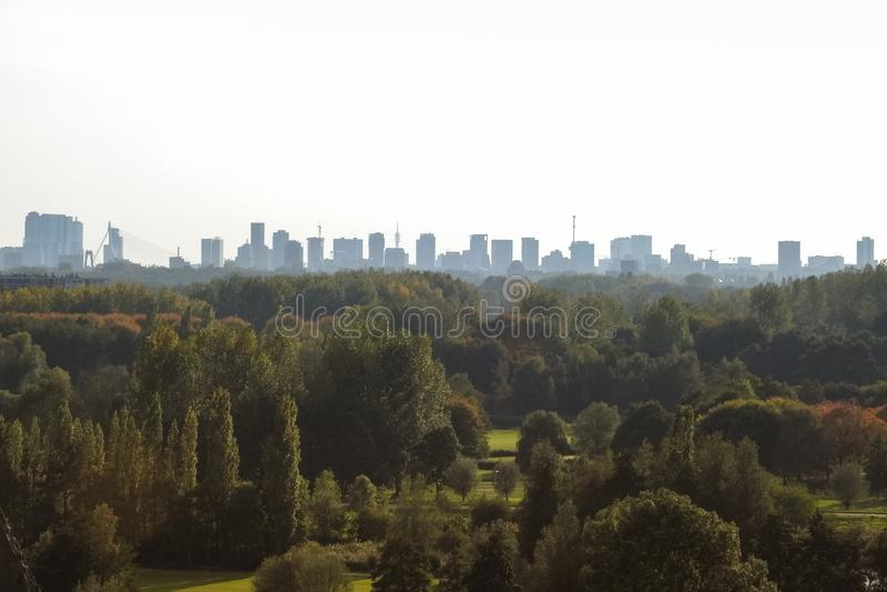 鹿特丹,荷兰地平线,在一晴朗的秋天天 免版税图库摄影