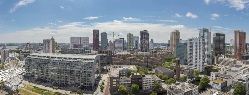 鹿特丹,荷兰- 2019年7月:鹿特丹的全景都市风景在一好日子 库存图片