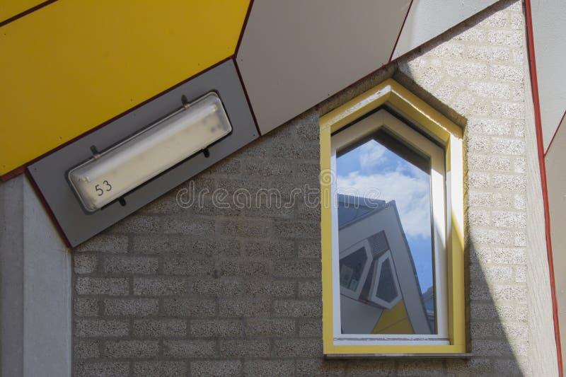 鹿特丹,荷兰/荷兰- 2019年4月26日:公寓和办公室在鹿特丹立方体房子,大城市城市b里面 库存照片