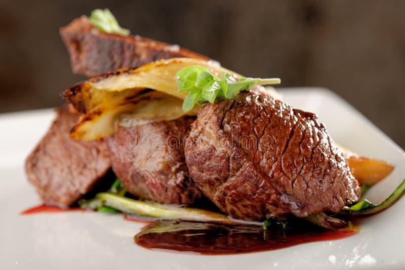 鹿肉与菜的肉牛排 库存照片