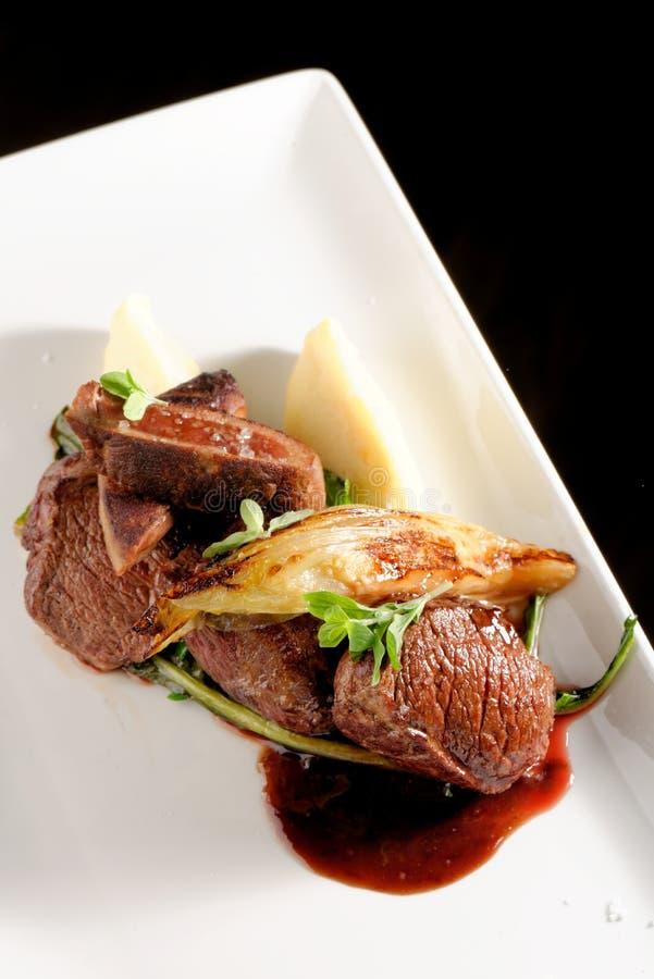 鹿肉与菜的肉牛排 免版税库存图片