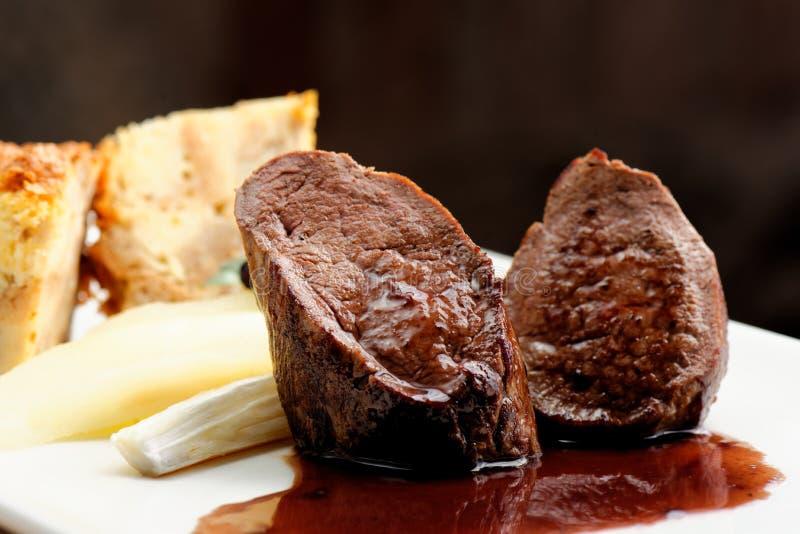 鹿肉肉牛排用乳蛋饼饼 库存照片