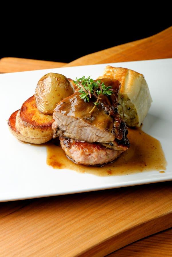 鹿肉肉牛排用土豆 库存图片
