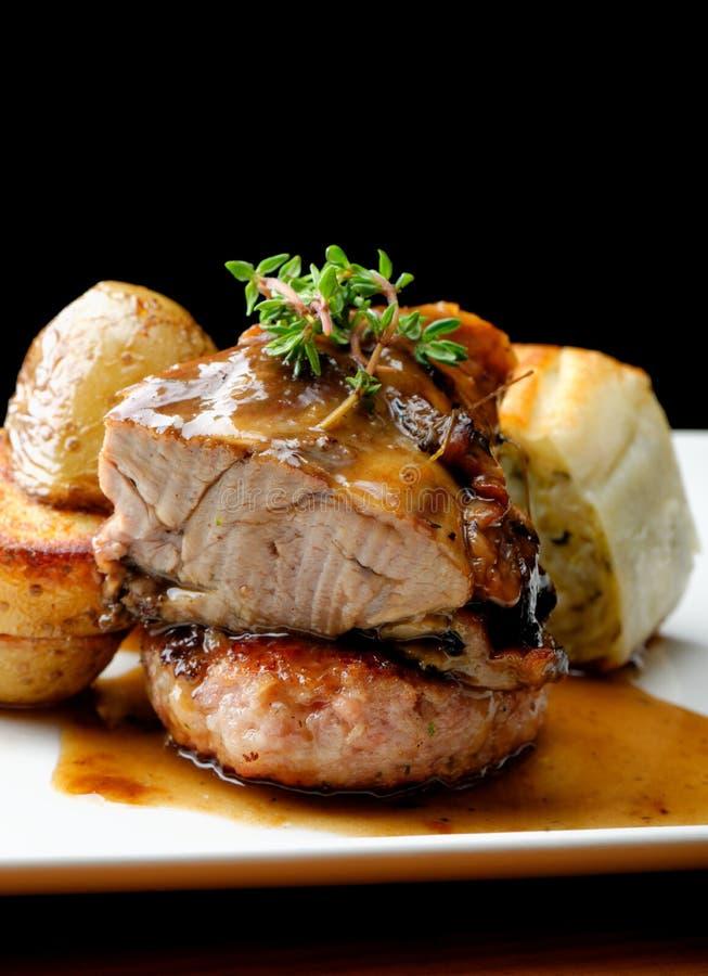 鹿肉肉牛排用土豆 图库摄影