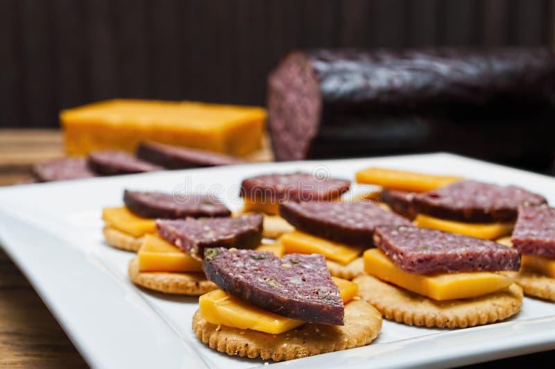 鹿肉香肠,墨西哥胡椒,乳酪,薄脆饼干 库存图片