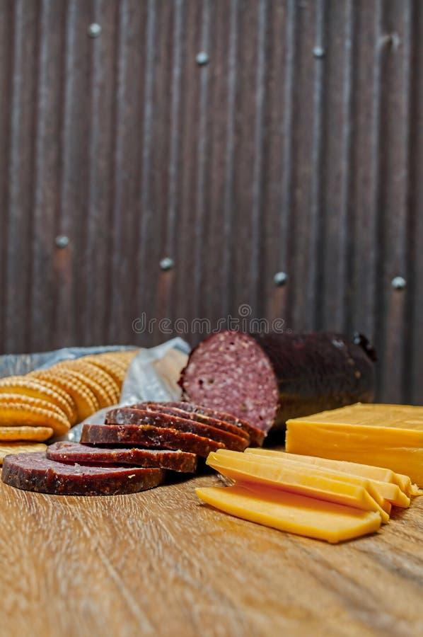 鹿肉香肠,墨西哥胡椒,乳酪,薄脆饼干 免版税库存照片