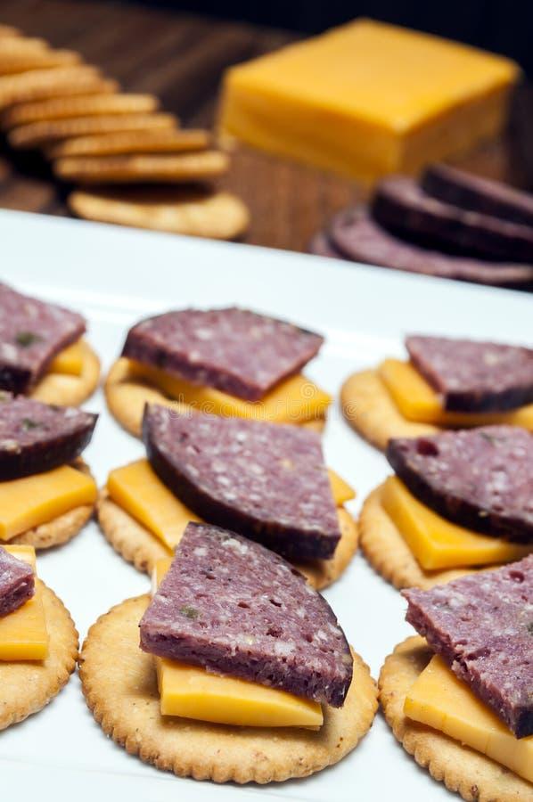 鹿肉香肠,墨西哥胡椒,乳酪,薄脆饼干 免版税库存图片