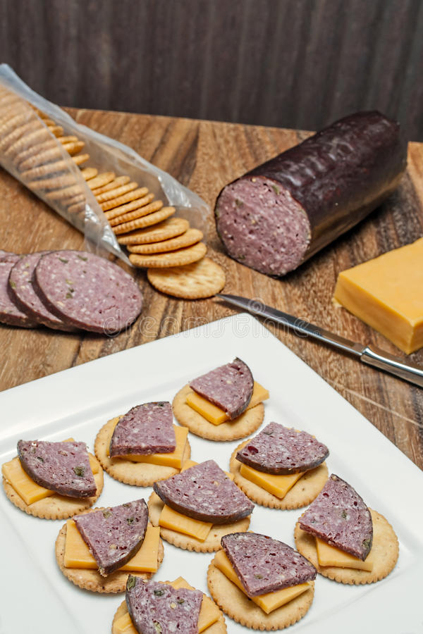 鹿肉香肠,墨西哥胡椒,乳酪,薄脆饼干 图库摄影