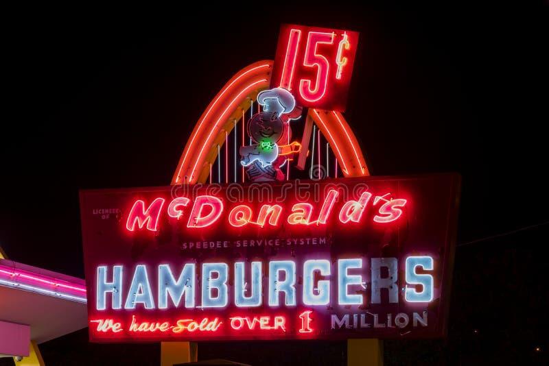 麦克唐纳世界的` s第一地点在晚上 免版税库存照片
