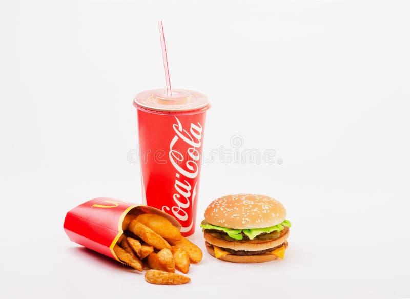 麦克唐纳被隔绝的` s食物包括大Mac、炸薯条和古柯 免版税图库摄影