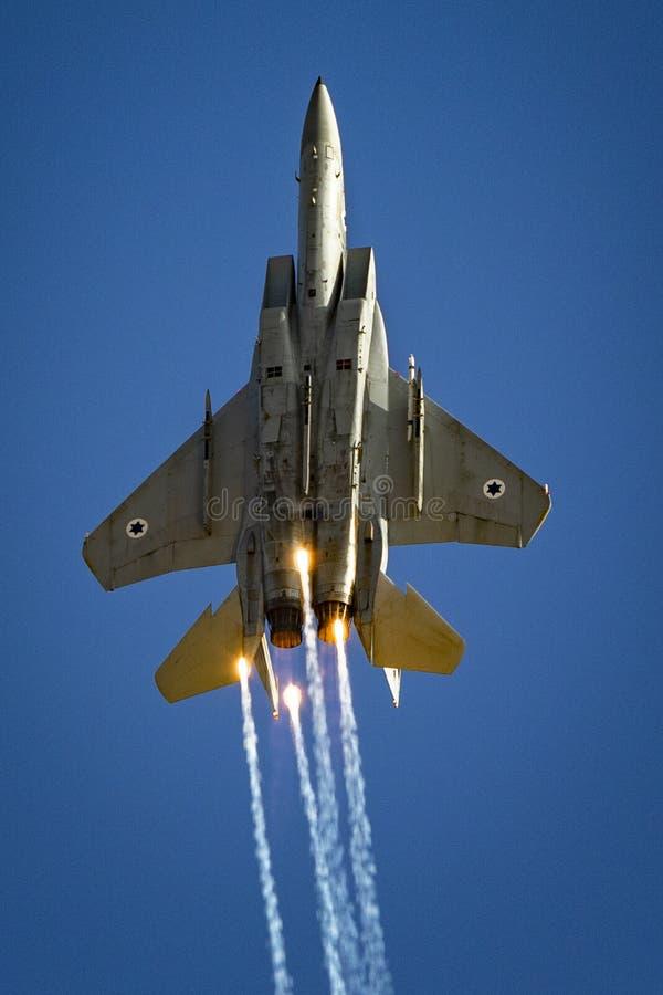 麦克唐纳-道格拉斯公司F-15老鹰高昂与火光 免版税库存图片