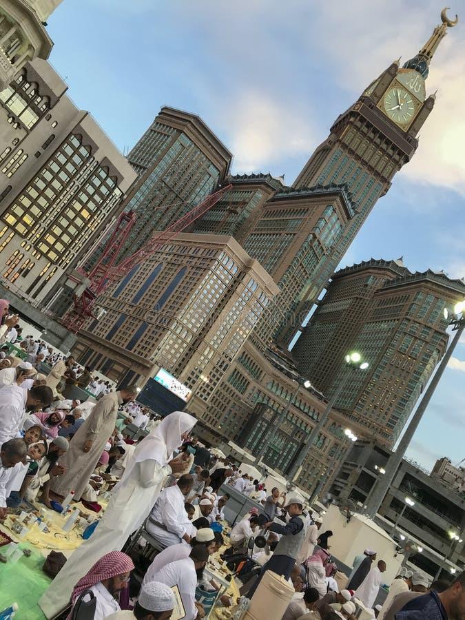 麦加,沙特ARABIA-CIRCA 2019年6月:身份不明的回教人读了古兰经和提议祷告,当等待断裂快速的里面时 免版税图库摄影