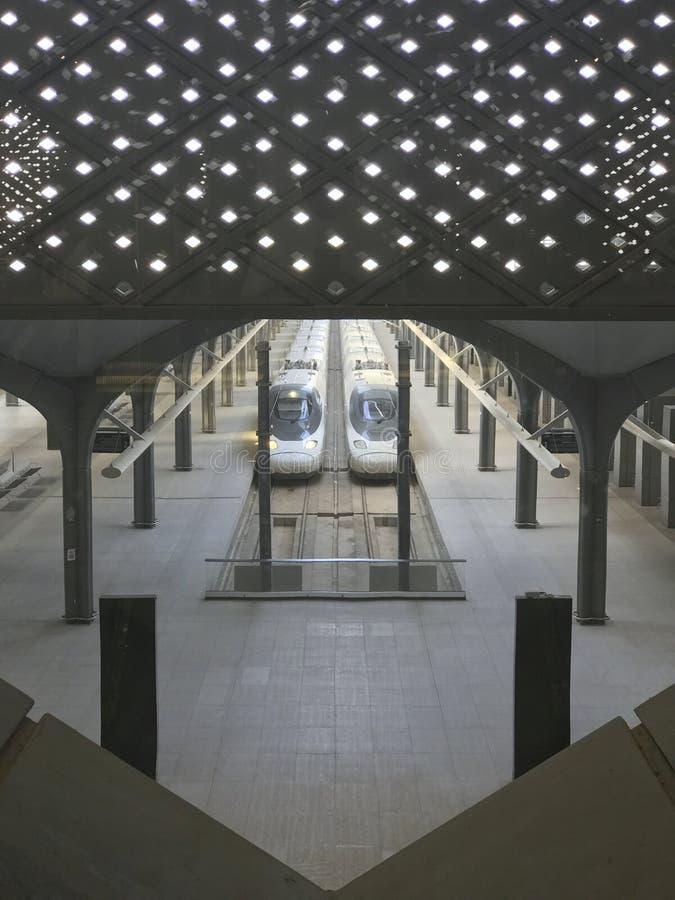 麦地那,沙特阿拉伯- 2019年5月27日:Madinah Haramain驻地顶视图与高速火车的在 HSR Madinah驻地的轨道 免版税库存照片