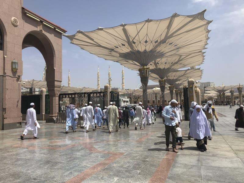 麦地那,沙特ARABIA-CIRCA 2019年5月王国:穆斯林进来祈祷在Al Madinah,沙特阿拉伯的Masjid Al Nabawi里面 免版税库存图片