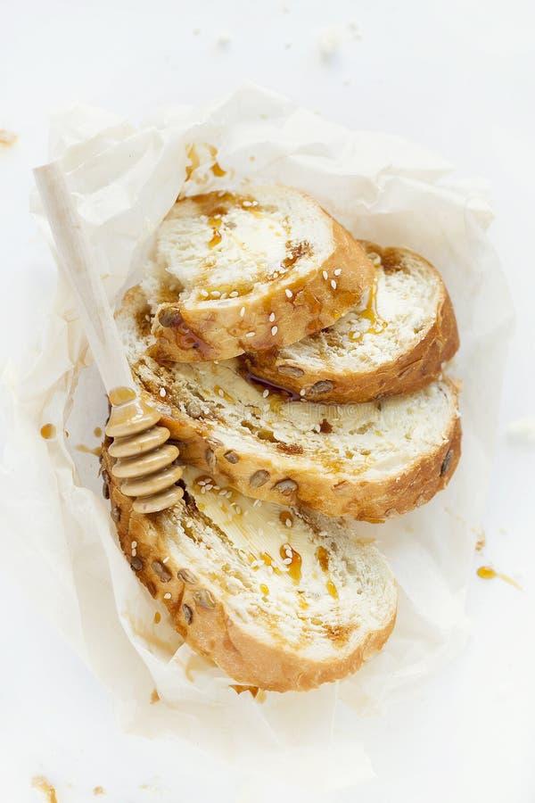 麦子多士早餐用黄油、蜂蜜和芝麻 健康早餐特写镜头 顶视图 免版税库存照片