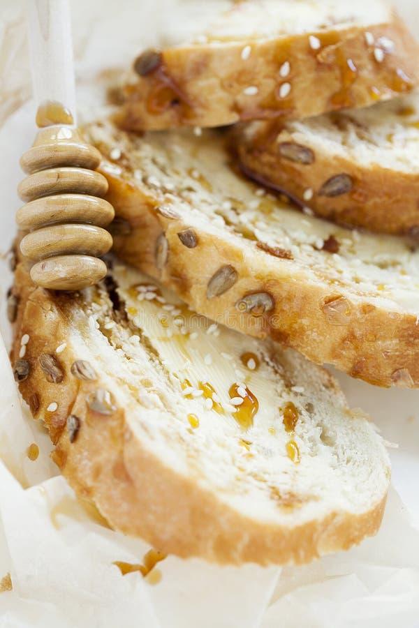 麦子多士早餐用黄油和蜂蜜在白色背景 特写镜头 免版税库存照片