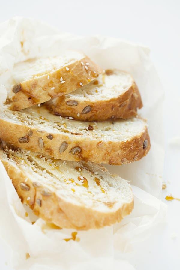 麦子多士早餐用黄油和蜂蜜在白色背景 特写镜头 免版税图库摄影
