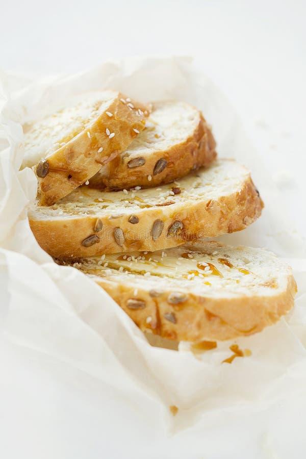 麦子多士早餐用黄油和蜂蜜在白色背景 特写镜头 库存图片