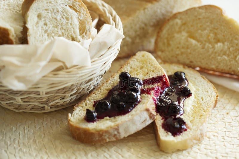 麦子甜多士早餐用黄油和果酱 健康的食物 特写镜头 库存图片