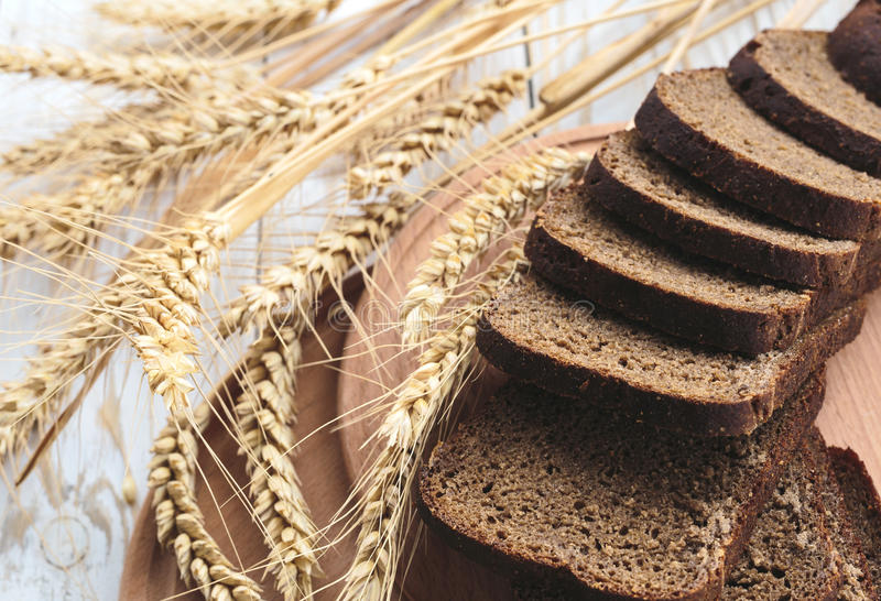 麦子的切的家制面包和耳朵 免版税库存图片