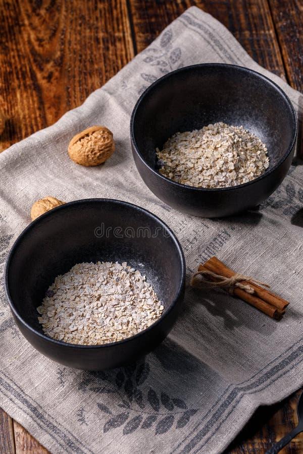 麦子粥剥落  在木背景的静物画 免版税库存照片