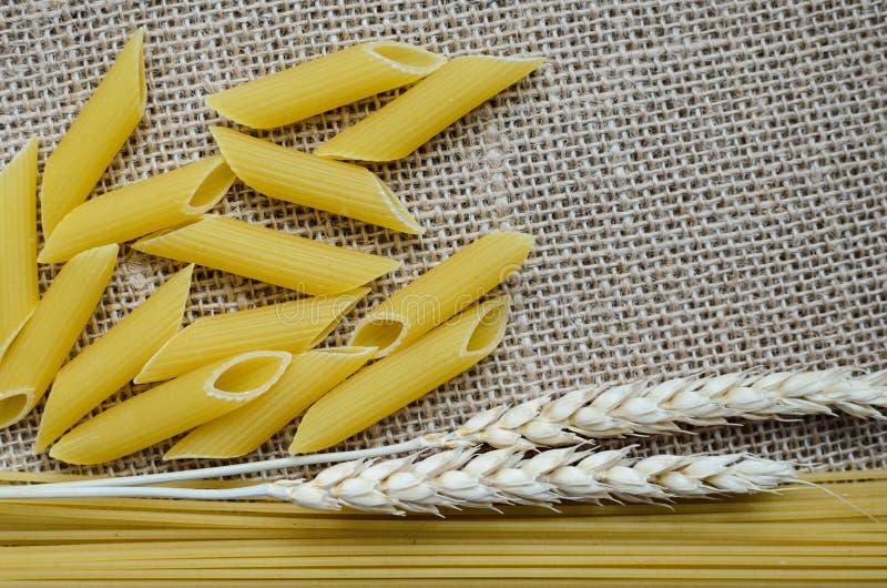 麦子耳朵和面团厨房的静物画从麦子在哈萨克斯坦做的麻袋布背景 库存图片