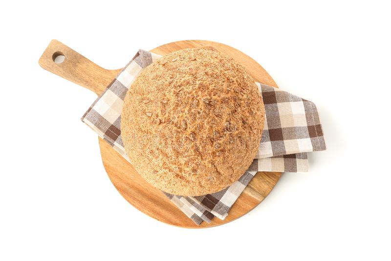 麦子面包和洗碗布在白色背景隔绝的切板 免版税库存照片