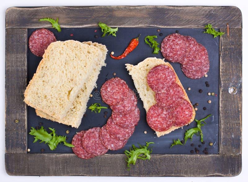 麦子面包用蒜味咸腊肠 免版税库存照片