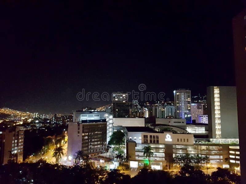 麦德林的令人惊讶的全景夜视图或风景在哥伦比亚,有skybuildings和公园的 库存图片