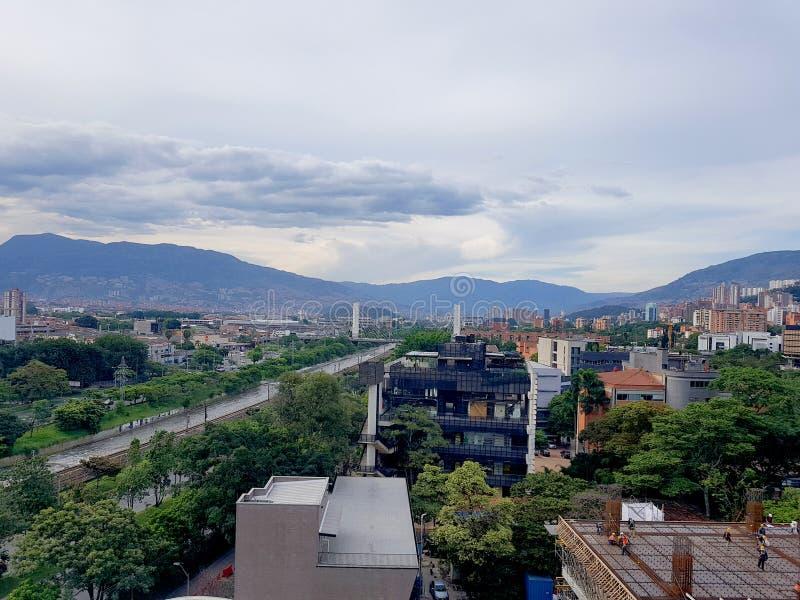麦德林的令人惊讶的全景或风景在哥伦比亚,有skybuildings和公园的 免版税库存照片