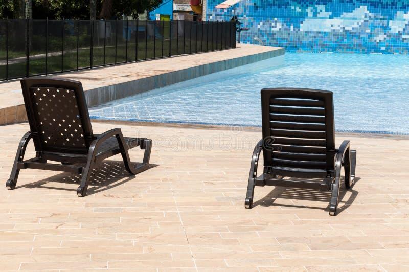 麦德林,安蒂奥基亚省/哥伦比亚;马约角23 de 2019年:由水池的水池椅子在消遣水公园 免版税库存照片
