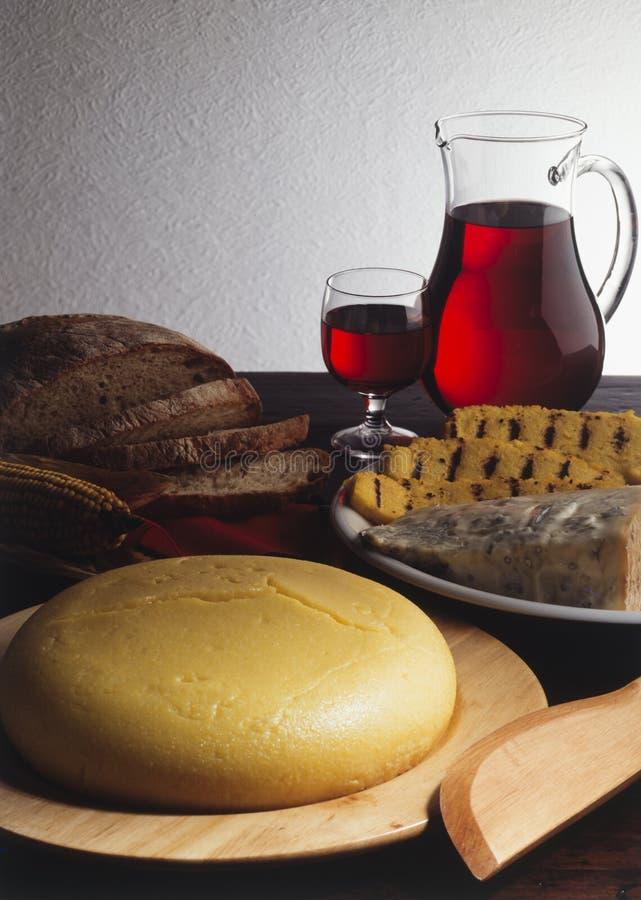 麦片粥和戈贡佐拉乳酪在桌上 免版税库存照片
