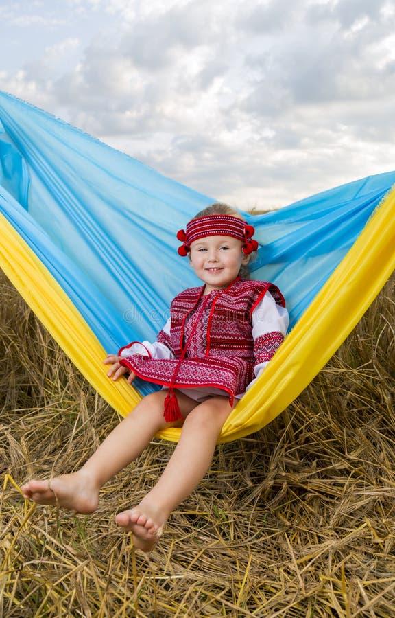 麦田的小女孩 免版税图库摄影