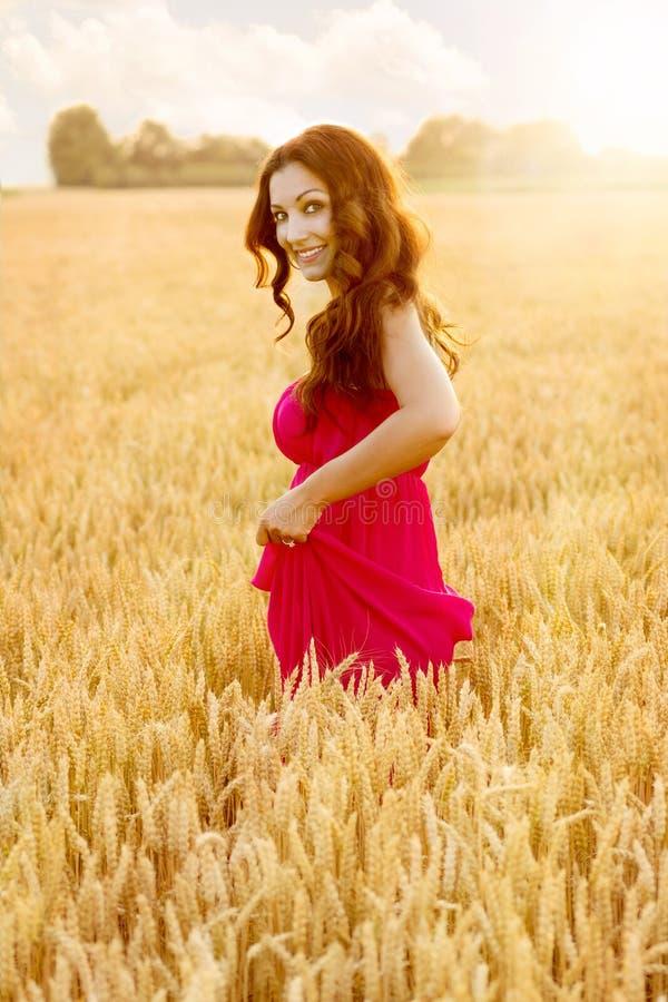 麦田的年轻美丽的妇女 免版税库存图片