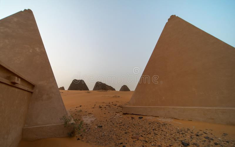 麦罗埃被恢复的金字塔,采取与广角镜头 免版税库存照片