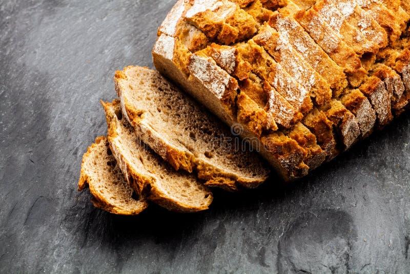 黑麦面包新近地被烘烤的大面包  免版税库存照片
