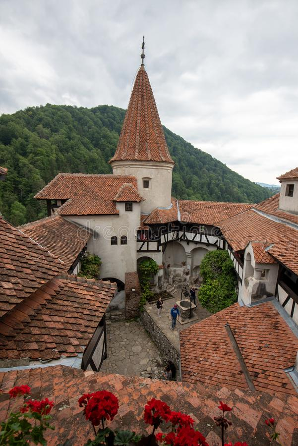 麸皮城堡里面法院视图从罗马尼亚,亦称德雷库拉城堡的 库存照片