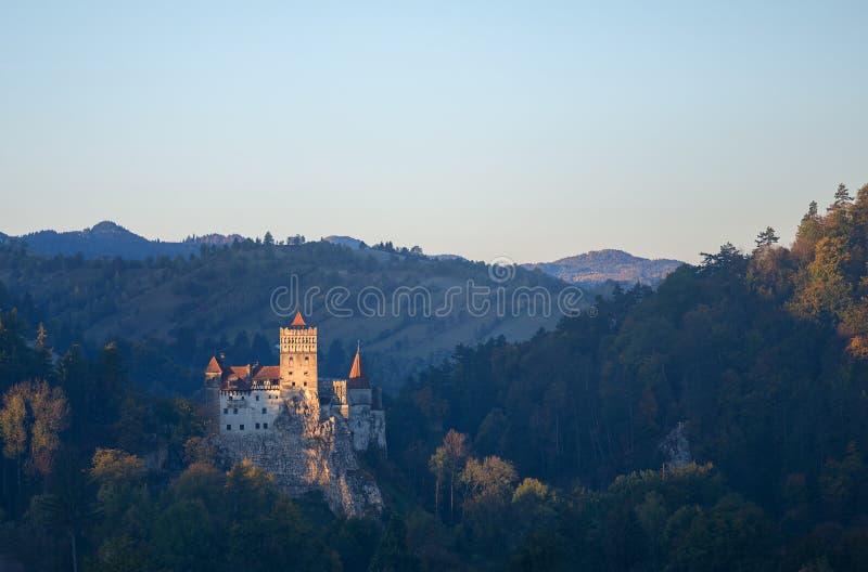麸皮或德雷库拉城堡在特兰西瓦尼亚,罗马尼亚 城堡位于在山顶部 免版税图库摄影
