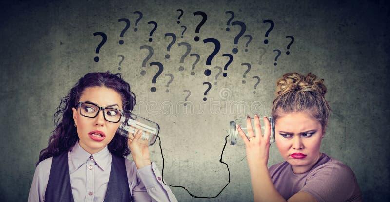 麻烦通信的两名妇女 免版税库存照片