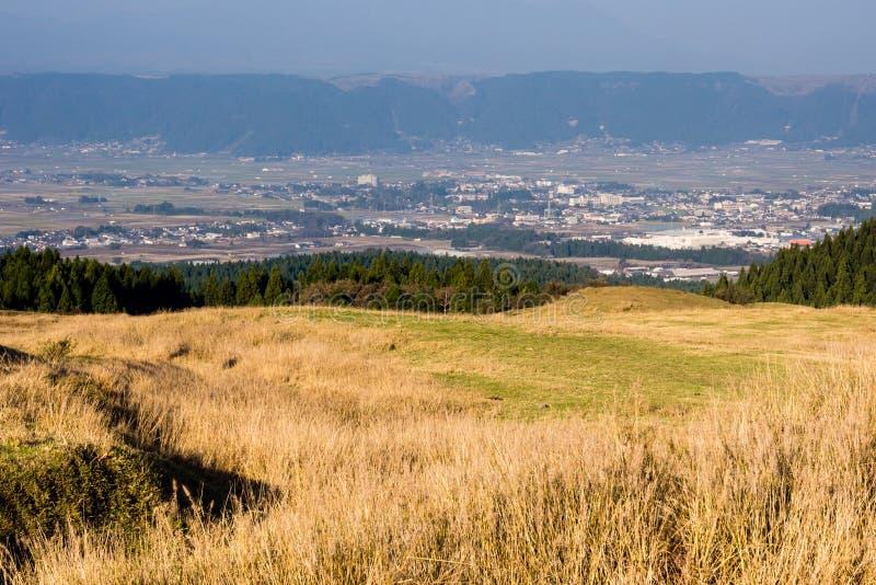 麻生市全景在麻生火山的破火山口,一部分里面的阿苏九重国立公园 库存图片