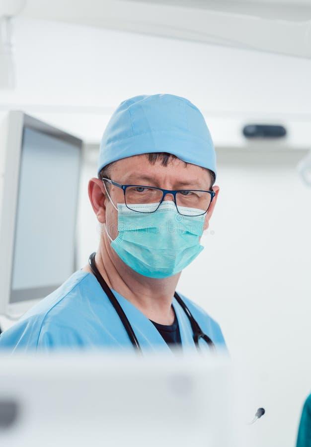 麻醉师观看的患者睡觉运转中室 库存照片