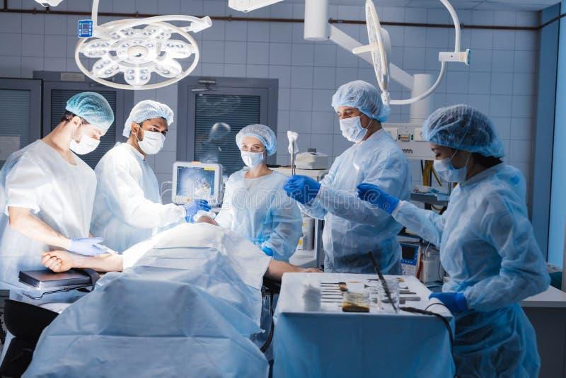 麻醉师队患者为手术做准备在手术室 图库摄影