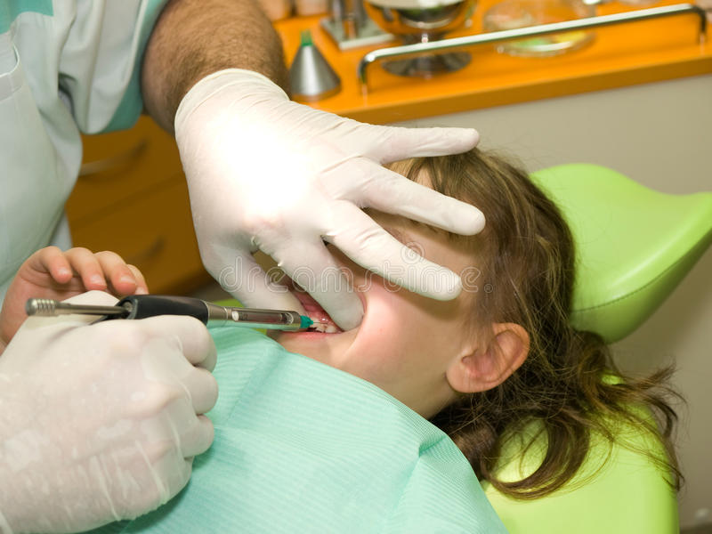 麻醉牙齿女孩局部一点 免版税库存图片