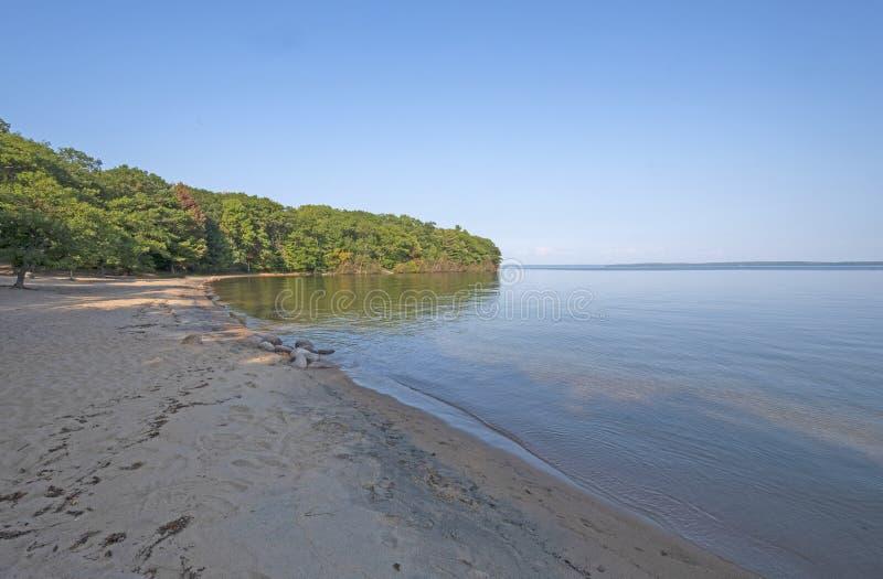 黄昏在一个遥远的海滩遮蔽 免版税库存图片