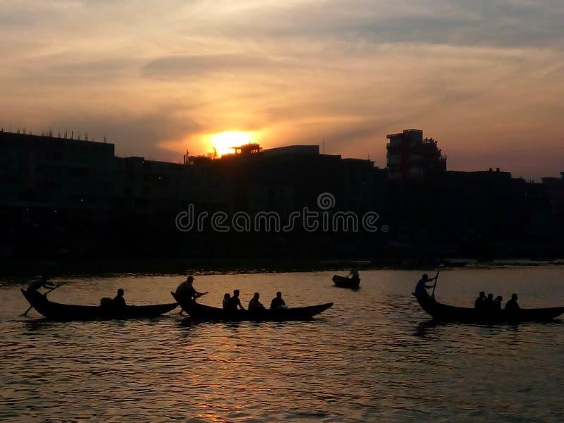 黄昏在河Bhuriganga,达卡 库存图片