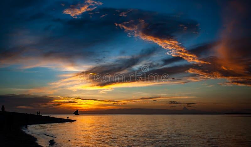 黄昏在热带天堂,与云彩的剧烈的天空 免版税库存照片